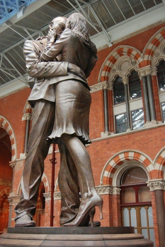 Image of kissing statue courtesy of Steve Bidmead